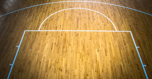 inomhus basketdomstol arkivbild