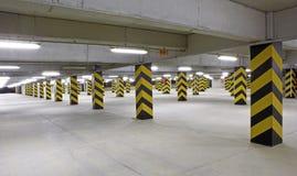 Inomhus bilparkering är tom Arkivbilder