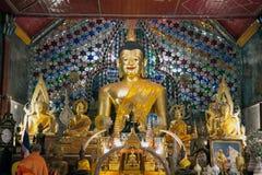 Inomhus Buddhastaty av Wat Phra That Doi Suthep i Chiangmai, Thailand Royaltyfri Fotografi