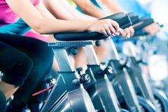 Inomhus cykel för konditiongrupp som cyklar i idrottshall Royaltyfria Foton
