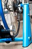 Inomhus cykelinstruktör royaltyfri foto