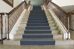 Inomhus elegant trappuppgång för tappning Fotografering för Bildbyråer