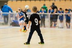 Inomhus fotbollsmatch för ungar royaltyfria bilder