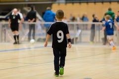 Inomhus fotbollsmatch för ungar arkivfoton