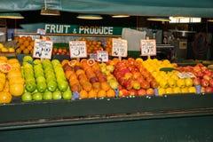 Inomhus frukt- och jordbruksprodukterställning Arkivbild