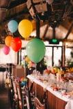 Inomhus garnering med ballonger för ett födelsedagparti arkivbilder