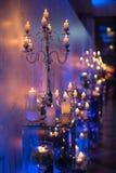 Inomhus gifta sig garnering i aftonen med stearinljus och gran b Arkivbild