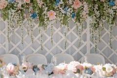 Inomhus gifta sig garnering med akaciagirlander Royaltyfria Bilder