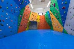 Inomhus klättringutbildning Arkivbild