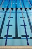 inomhus lanes pool simning Arkivbilder