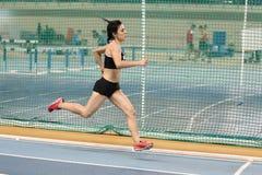Inomhus lopp för friidrottrekordförsök Arkivfoton