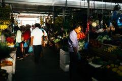 Inomhus nya frukter och grönsaker marknadsför i stadsmannen, huvudstaden av Maldiverna Royaltyfria Foton