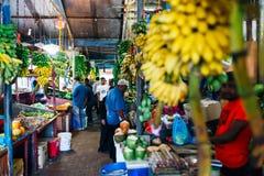 Inomhus nya frukter och grönsaker marknadsför i stadsmannen, huvudstaden av Maldiverna Royaltyfri Bild