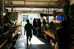 Inomhus nya frukter och grönsaker marknadsför i stadsmannen, huvudstaden av Maldiverna Arkivbild