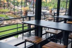 Inomhus och utomhus- restaurangtabell royaltyfri foto