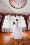 Inomhus rikt kungligt rum för brudstående royaltyfria foton