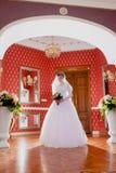 Inomhus rikt kungligt rum för brudstående fotografering för bildbyråer