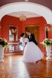 Inomhus rikt kungligt rum för enorma brölloppar arkivfoton