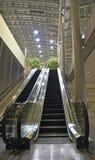 Inomhus rulltrappa med sikten som ser upp fotografering för bildbyråer