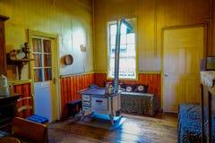 Inomhus sikt av den gamla ugnen som används av folk för att laga mat i kökområde, inom av det Chonchi museet, donerat av familjer arkivfoton