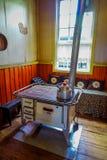 Inomhus sikt av den gamla ugnen som används av folk för att laga mat i kökområde, inom av det Chonchi museet, donerat av familjer royaltyfri fotografi