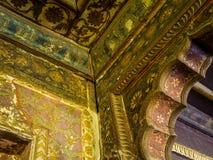 Inomhus sikt av taket inom den mycket gamla hinduiska templet fotografering för bildbyråer