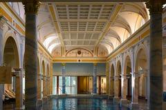 Inomhus simbassäng, historisk inomhus vatten- mitt, Helena Therme, storslagen semesterort dåliga Ragatz, Schweiz arkivfoton