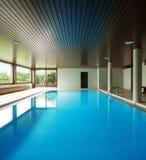 Inomhus simbassäng med stegen royaltyfri foto