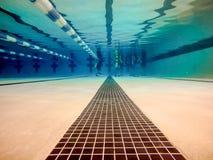 Inomhus simbassäng ovanför och under vatten arkivfoton