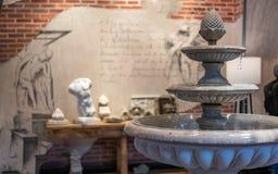 Inomhus springbrunnstuckatur för dekorativ tappning arkivfoton