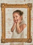 Inomhus stående av en förtjusande ung liten flicka för expressve Arkivfoton