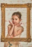 Inomhus stående av en förtjusande ung liten flicka för expressve Royaltyfria Bilder