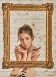 Inomhus stående av en förtjusande ung liten flicka för expressve Arkivfoto