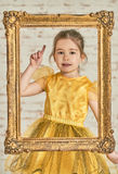 Inomhus stående av en förtjusande ung liten flicka för expressve Royaltyfri Foto