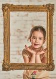 Inomhus stående av en förtjusande ung liten flicka för expressve Arkivbild