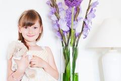 Inomhus stående av en gullig liten flicka Arkivbild