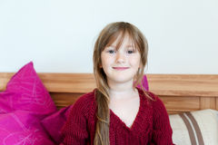 Inomhus stående av en gullig liten flicka Royaltyfri Fotografi