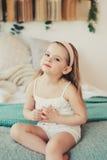 Inomhus stående av ledsna 5 år gammal barnflicka royaltyfri bild