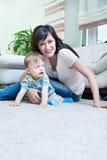 Kvinna med en litet barn Royaltyfria Bilder
