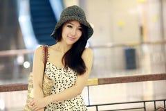 inomhus stående för asiatisk flicka fotografering för bildbyråer