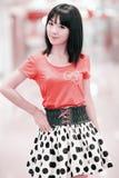 inomhus stående för asiatisk flicka Arkivbild