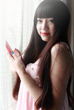 inomhus stående för asiatisk flicka Royaltyfri Bild