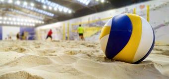 inomhus strandvolleyboll Boll i sand arkivbild