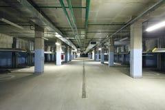 Inomhus två-nivå parkering med electrolifts för många bilar. Arkivbild
