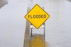 Inondé signez au milieu de la rue d'inondation de l'eau et de l'aire de stationnement adjacent images libres de droits