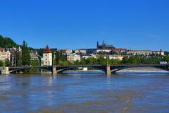 Inondant à Prague en juin 2013, Moldau, château, Prague, République Tchèque Images libres de droits