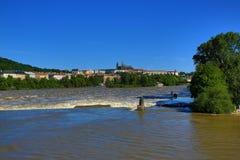 Inondant à Prague en juin 2013, Moldau, château, Prague, République Tchèque Photos libres de droits