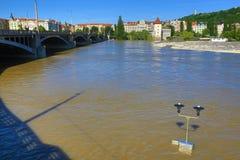 Inondant à Prague en juin 2013, Moldau, château, Prague, République Tchèque Photo libre de droits