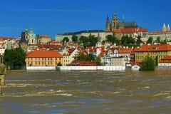 Inondant à Prague en juin 2013, Moldau, château, Prague, République Tchèque Image libre de droits