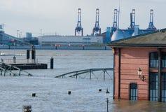 Inondation à la poissonnerie de St Pauli pour l'accès de pompiers photographie stock libre de droits